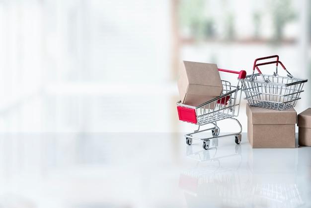 Maquete de carrinho de compras pequeno com caixas de papel Foto Premium