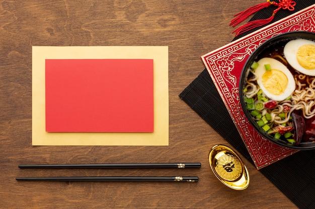 Maquete de cartão com prato de ano novo chinês Foto gratuita