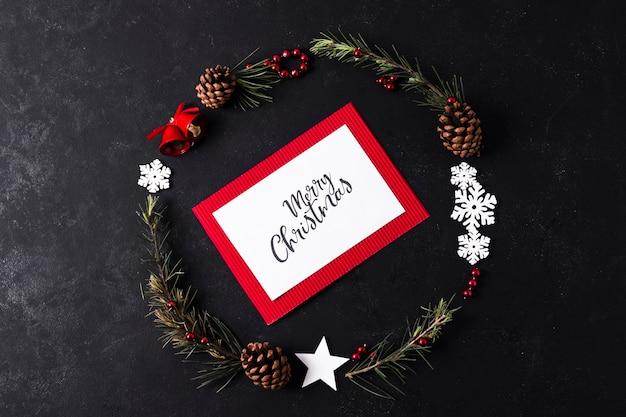 Maquete de cartão de natal em fundo preto Foto gratuita