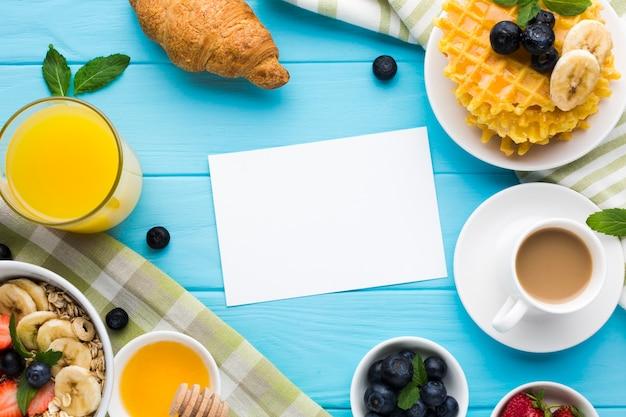 Maquete de cartão de papel plana leigos na mesa de café da manhã Foto gratuita