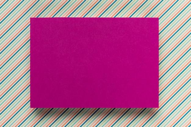 Maquete de cartão roxo no fundo simples Foto gratuita