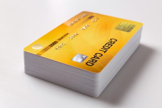 Maquete de cartões de crédito em fundo branco. Foto Premium