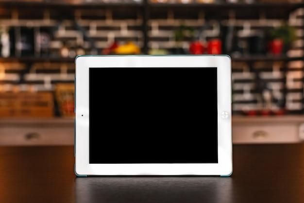 Maquete de ipad na mesa de madeira Foto Premium