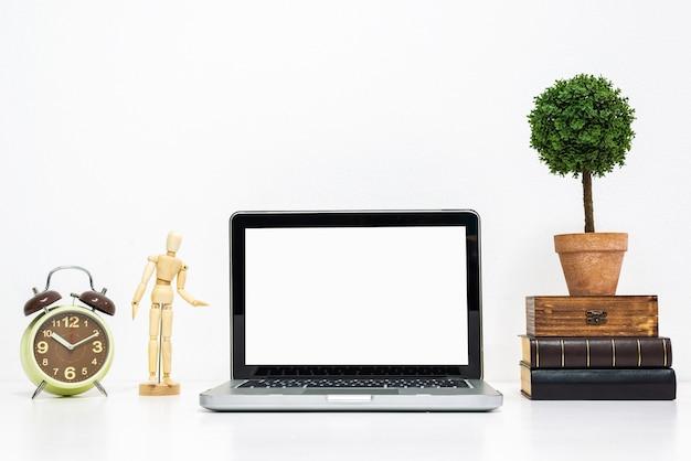 Maquete de laptop na elegante secretária de trabalho organizado. Foto Premium