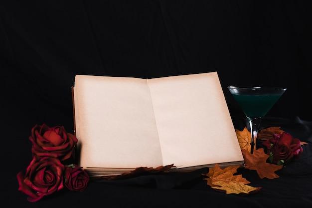 Maquete de livro aberto com rosas Foto gratuita