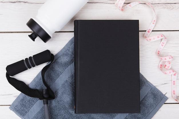 Maquete de livro com equipamento de ginástica Foto gratuita
