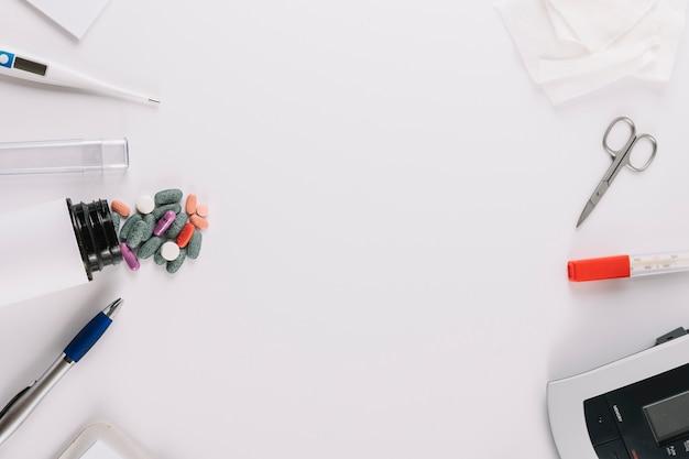 Maquete de medicina e equipamentos médicos em fundo branco Foto gratuita