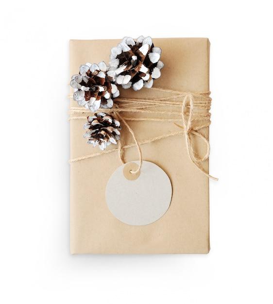 Maquete de natal caixa de presente embrulhado em papel reciclado marrom Foto Premium