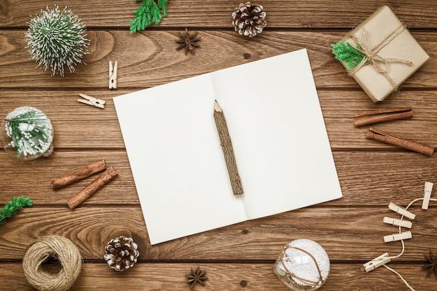 Maquete de natal em branco notebook na madeira Foto Premium