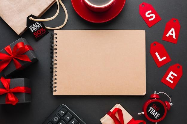Maquete de notebook com venda em fundo preto Foto gratuita