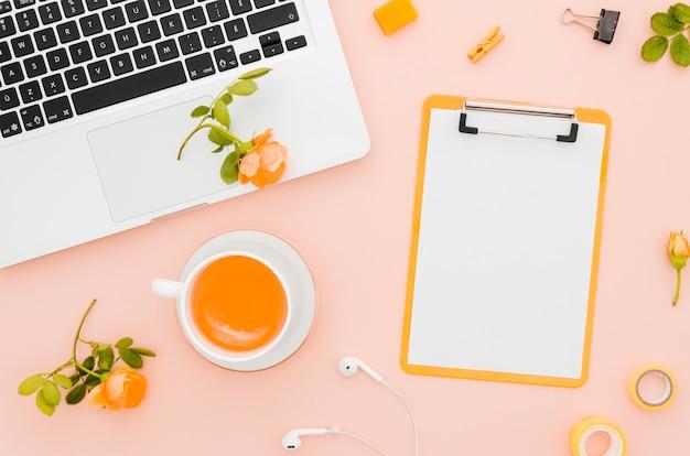 Maquete de papel plana plana ao lado do laptop Foto gratuita