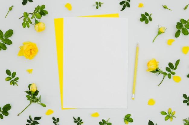 Maquete de papel plana plana com elementos florais Foto gratuita