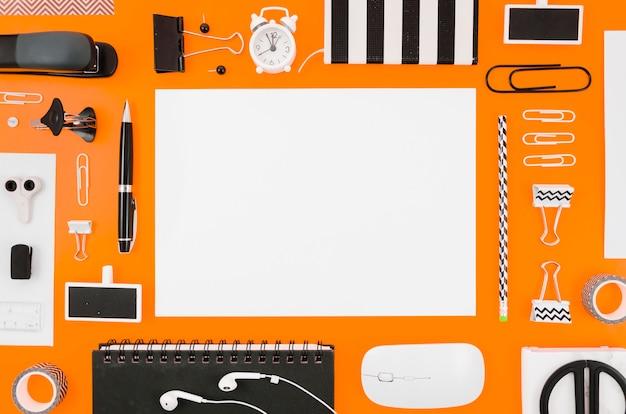 Maquete de papel plana plana com material de escritório Foto gratuita