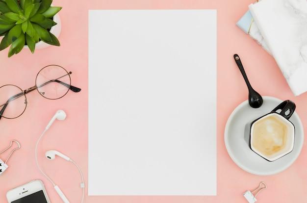 Maquete de papel plana plana no espaço de trabalho Foto gratuita