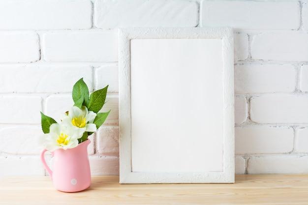 Maquete de quadro branco com vaso de flores rosa rústico Foto Premium