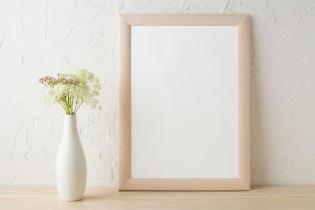 Maquete de quadro com flores concursos em vaso elegante branco Foto Premium