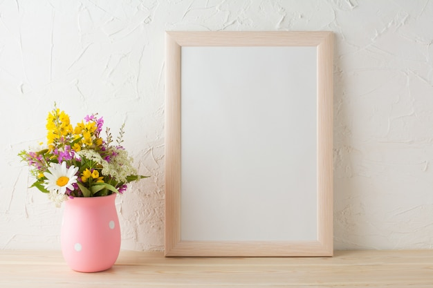 Maquete de quadro com flores silvestres em vaso rosa Foto Premium