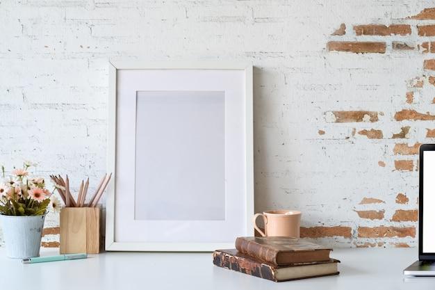 Maquete de quadro de cartaz de espaço de trabalho do bloggers com espaço de cópia Foto Premium