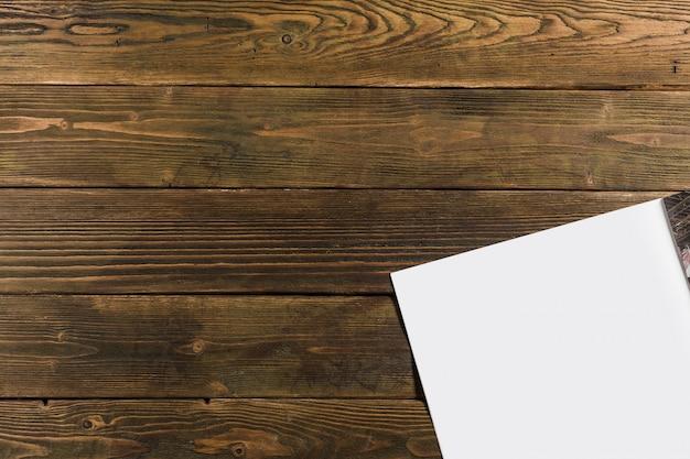 Maquete de revista em fundo de madeira Foto Premium