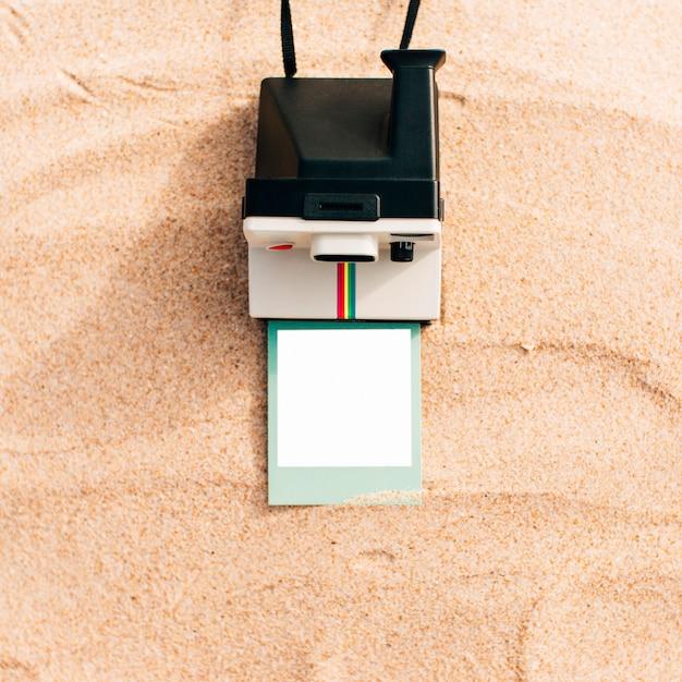Maquete de uma foto instantânea com câmera Foto gratuita