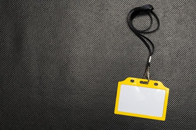 Maquete do distintivo em branco isolado no preto Foto Premium