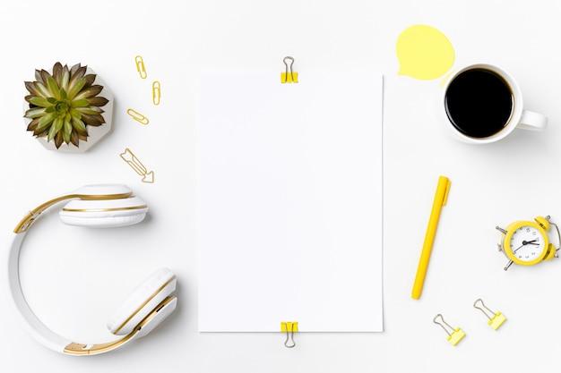 Maquete do espaço de trabalho com papel em branco e estacionário Foto Premium