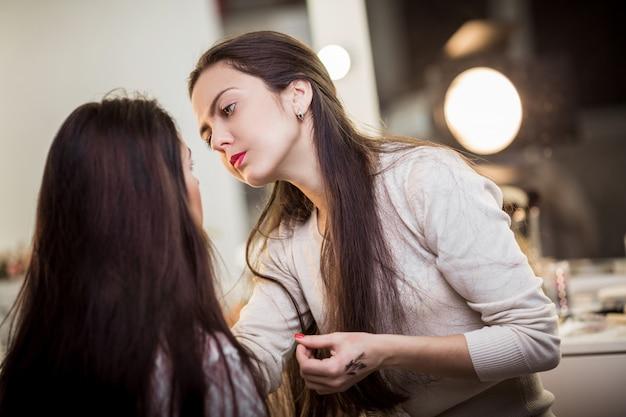 Maquiador aplicar maquiagem Foto Premium