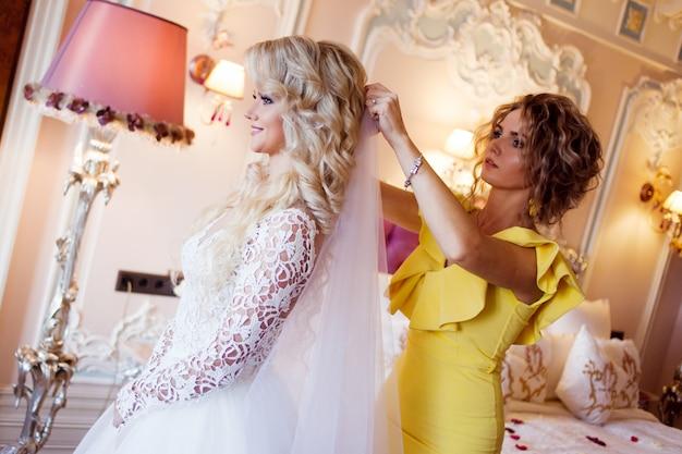 Maquiador preparando a noiva antes do casamento em uma manhã Foto Premium