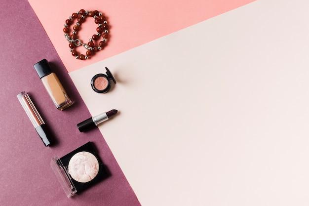 Maquiagem cosmética definida na superfície multicolorida Foto gratuita