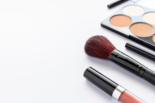 d3735a6552208 Maquiagem cosméticos na mesa branca com mais luz e foco suave no ...