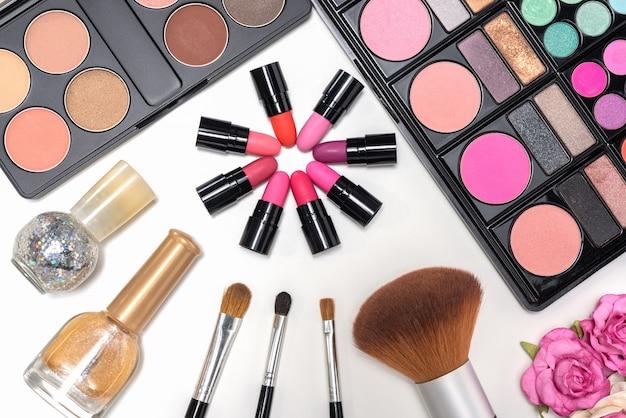 Maquiagem cosméticos paleta e escovas no fundo branco Foto gratuita