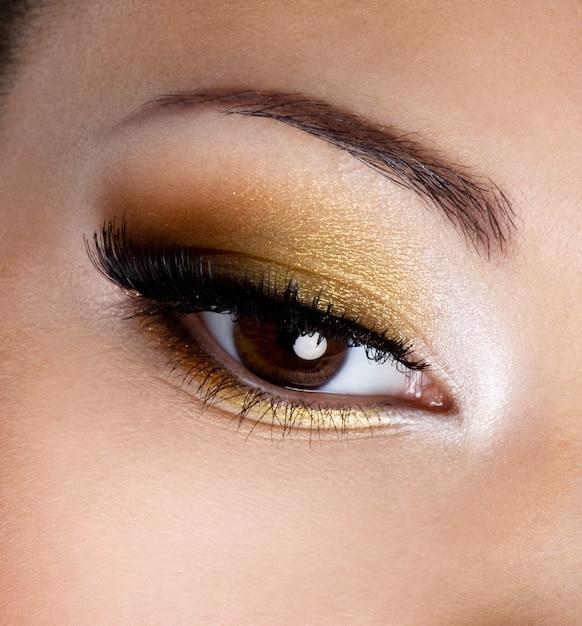 Maquiagem da moda moderna de um olho feminino - foto macro Foto gratuita
