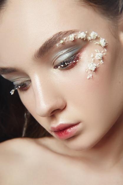 Maquiagem de rosto de beleza, cosméticos de pétalas de flores Foto Premium