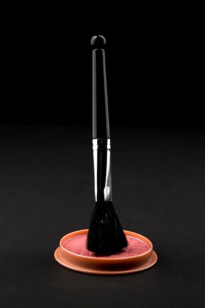 Maquiagem escova acima compact blush Foto gratuita