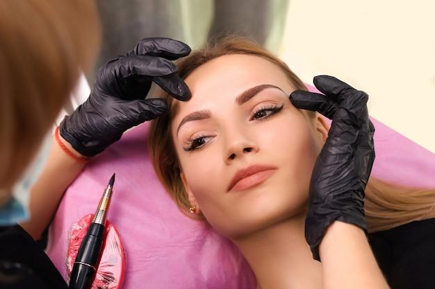 Maquiagem permanente nas sobrancelhas. Foto Premium