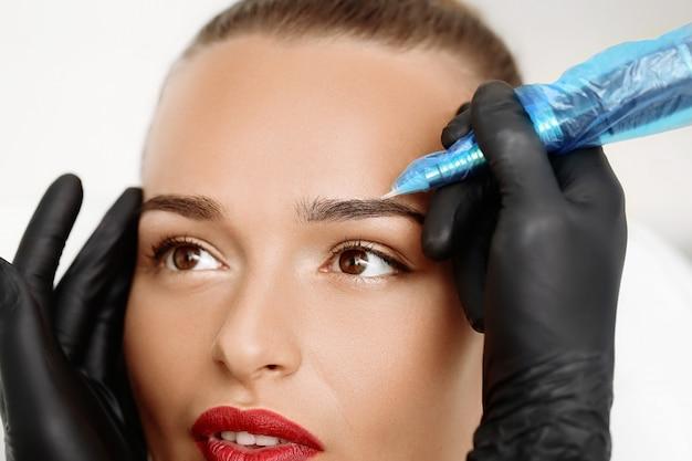 Maquiagem permanente nas sobrancelhas Foto Premium
