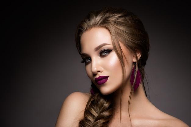 Maquiagem. retrato de glamour do modelo de mulher bonita com maquiagem fresca e penteado romântico. Foto Premium