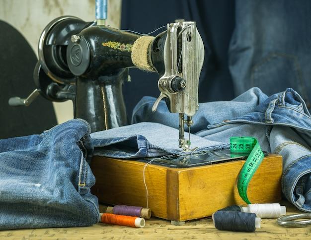 Máquina de costura do passado com linha e tesoura Foto Premium