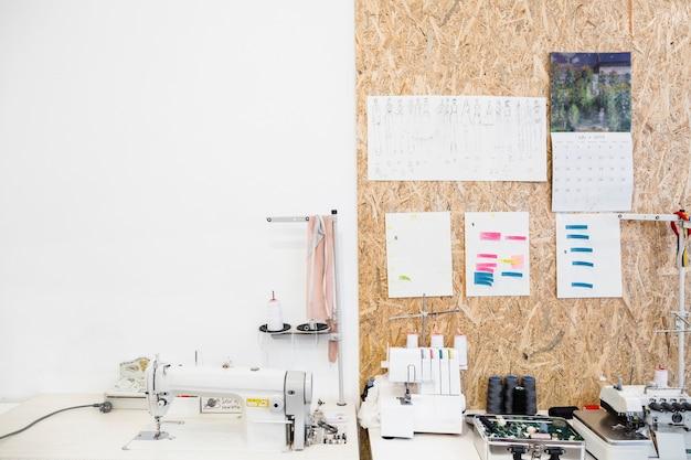 Máquina de costura e acessórios na mesa de trabalho na loja Foto gratuita