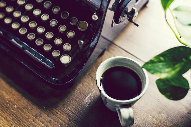 Máquina de escrever vintage em uma mesa de madeira Foto Premium