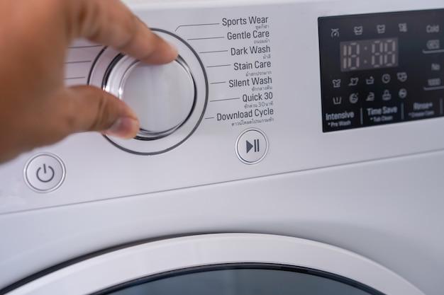 Máquina de lavar roupa escolhendo programa na máquina de lavar roupa Foto Premium