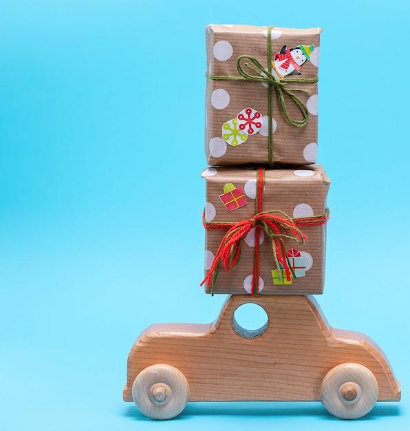 Máquina de madeira infantil carrega presentes embrulhados em papel Foto Premium