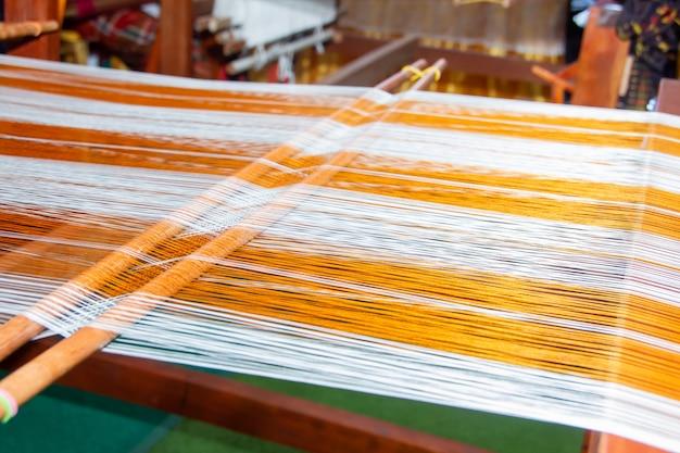 Máquina de tecelagem - tecelagem doméstica - uso para tecelagem de seda tradicional tailandesa. Foto Premium