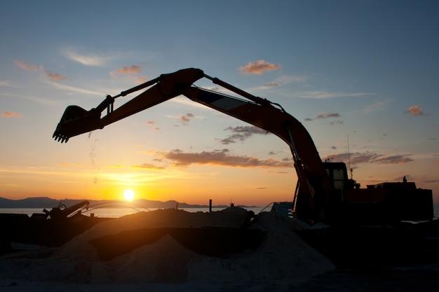 Máquina escavadeira sobre esteiras, fazendo trabalhos de terraplenagem Foto Premium