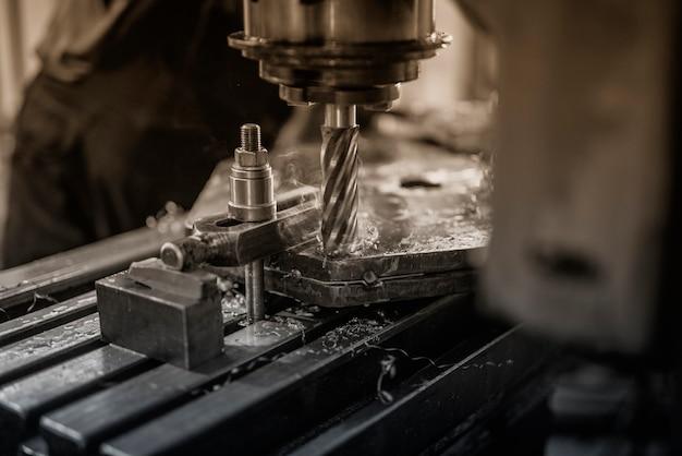 Máquina industrial de perfuração de metal Foto gratuita