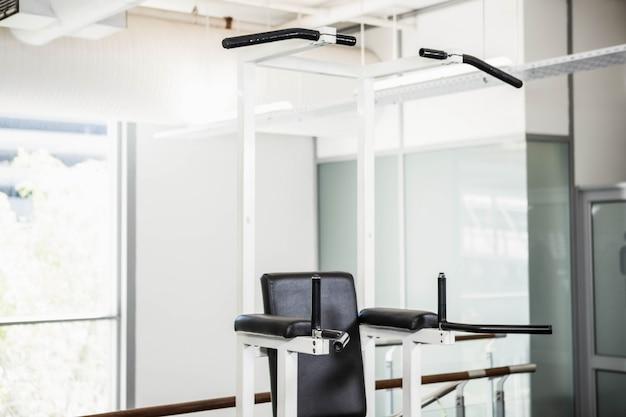 Máquina para puxar ups em um ginásio Foto Premium