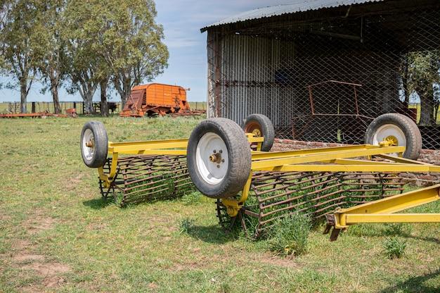 Maquinário agrícola abandonado no campo Foto Premium