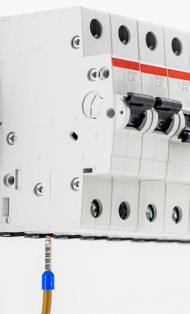 Máquinas elétricas, interruptores, isolado no branco, close-up, conecte o cabo do marcador ao dispositivo Foto gratuita