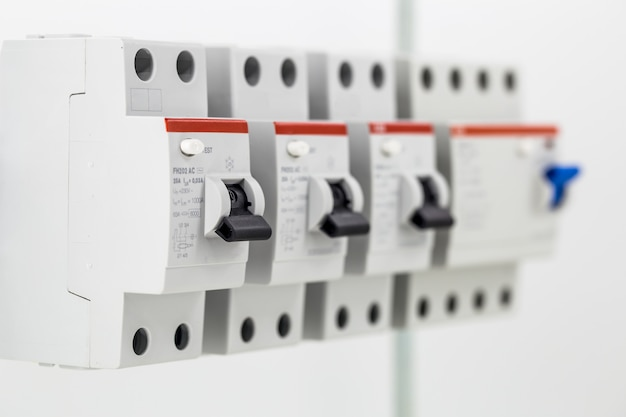 Máquinas elétricas, interruptores, isolados no branco, fechar Foto gratuita