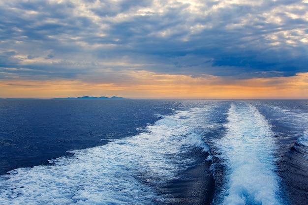 Mar azul com esteira de lavagem prop na ilha de ibiza Foto Premium